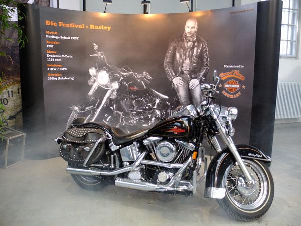 Motorradfan Frank Böer (auf dem Display) und die Festival-Harley