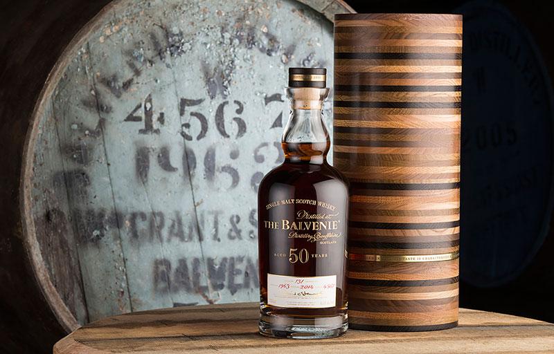 Whisky für €33.555 pro Flasche: Der Balvenie 50 Y.O. wurde unter der kundigen Aufsicht ein und desselben Malt Masters 50 Jahre in denselben europäischen Eichenfässern gelagert. Die außergewöhnliche, handgefertigte Verpackung besteht aus 49 verschiedenen Edelholzarten.