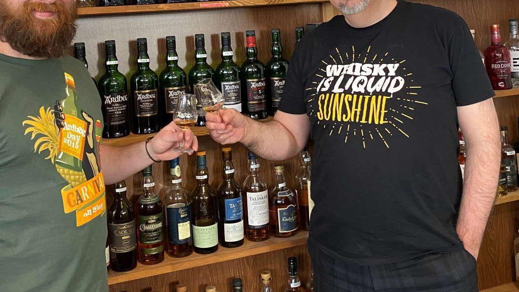 """""""Slàinte!"""" auf die neue Ardbeg Embassy: Peter Klas (rechts) und Craig Fyfe von Scotia Spirit stoßen auf die Ernennung zur neuen ständigen Vertretung der schottischen Destillerie in Köln an. (Bildquelle: Ardbeg)"""